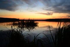 Ζωηρόχρωμο ηλιοβασίλεμα στη λίμνη στοκ εικόνα
