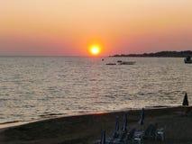 Ζωηρόχρωμο ηλιοβασίλεμα στον ορίζοντα επάνω από την ιόνια θάλασσα στο ST George - επιβαρύνσεις Γεώργιος Κέρκυρα, Ελλάδα †« στοκ φωτογραφίες