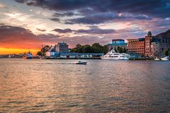 Ζωηρόχρωμο ηλιοβασίλεμα στο λιμάνι του Μπέργκεν στο κέντρο πόλεων του Μπέργκεν στοκ φωτογραφία με δικαίωμα ελεύθερης χρήσης