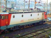 Ζωηρόχρωμο ηλεκτρικό τραίνο στο Βουκουρέστι Στοκ εικόνες με δικαίωμα ελεύθερης χρήσης
