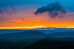 Ζωηρόχρωμο ηλιοβασίλεμα άνοιξη τα μπλε βουνά κορυφογραμμών, που βλέπουν πέρα από από Στοκ Φωτογραφίες