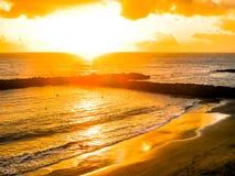 Ζωηρόχρωμο ηλιοβασίλεμα από τον ωκεανό και την παραλία Στοκ Εικόνα