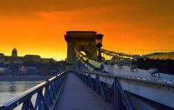 Ζωηρόχρωμο ηλιοβασίλεμα Βουδαπέστη γεφυρών αλυσίδων Στοκ Εικόνες