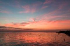Ζωηρόχρωμο ηλιοβασίλεμα επάνω από τη θάλασσα από την Ταϊλάνδη Στοκ εικόνες με δικαίωμα ελεύθερης χρήσης
