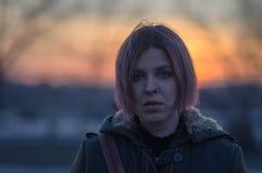 Ζωηρόχρωμο ηλιοβασίλεμα και κορίτσι με τη ζωηρόχρωμη τρίχα Στοκ εικόνες με δικαίωμα ελεύθερης χρήσης