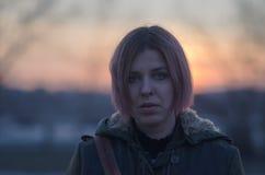 Ζωηρόχρωμο ηλιοβασίλεμα και κορίτσι με τη ζωηρόχρωμη τρίχα Στοκ Εικόνες