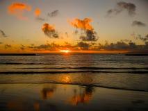 Ζωηρόχρωμο ηλιοβασίλεμα με τα σύννεφα από τον ωκεανό Στοκ φωτογραφία με δικαίωμα ελεύθερης χρήσης