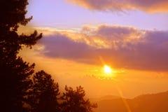 Ζωηρόχρωμο ηλιοβασίλεμα με τα σύννεφα το βράδυ Στοκ Εικόνες