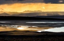Ζωηρόχρωμο ηλιοβασίλεμα πέρα από τα βουνά, τον ποταμό και τη λίμνη Φανταστική όψη Ισλανδία Στοκ εικόνες με δικαίωμα ελεύθερης χρήσης