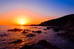 Ζωηρόχρωμο ηλιοβασίλεμα πέρα από την ακτή Alghero Στοκ Εικόνες