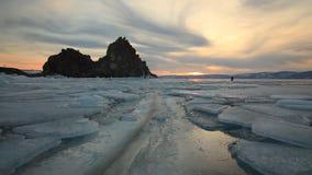 Ζωηρόχρωμο ηλιοβασίλεμα πέρα από τη μεγαλοπρεπή παγωμένη λίμνη Baikal φιλμ μικρού μήκους
