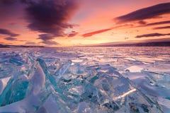 Ζωηρόχρωμο ηλιοβασίλεμα πέρα από τον πάγο κρυστάλλου Στοκ Φωτογραφία
