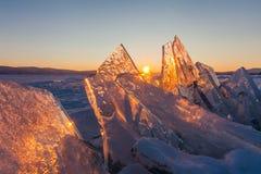 Ζωηρόχρωμο ηλιοβασίλεμα πέρα από τον πάγο κρυστάλλου Baikal της λίμνης Στοκ Φωτογραφία