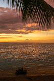 Ζωηρόχρωμο ηλιοβασίλεμα πέρα από τον ωκεανό σε Lombok, Ινδονησία Στοκ Εικόνες