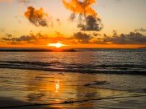 Ζωηρόχρωμο ηλιοβασίλεμα που απεικονίζει στη θάλασσα Στοκ εικόνες με δικαίωμα ελεύθερης χρήσης