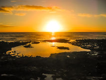 Ζωηρόχρωμο ηλιοβασίλεμα που απεικονίζει στη θάλασσα Στοκ εικόνα με δικαίωμα ελεύθερης χρήσης