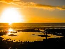 Ζωηρόχρωμο ηλιοβασίλεμα που απεικονίζει στη θάλασσα Στοκ φωτογραφία με δικαίωμα ελεύθερης χρήσης