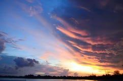 Ζωηρόχρωμο ηλιοβασίλεμα στην ακτή της Σρι Λάνκα Ζωηρός και ακτινοβολώντας ουρανός Στοκ φωτογραφίες με δικαίωμα ελεύθερης χρήσης