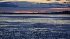 Ζωηρόχρωμο ηλιοβασίλεμα στον ποταμό Αμαζόνιος στο τροπικό δάσος, Βραζιλία