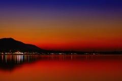 Ζωηρόχρωμο ηλιοβασίλεμα στο τροπικό νησί Στοκ Εικόνες