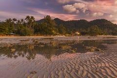Ζωηρόχρωμο ηλιοβασίλεμα στο τροπικό νησί Koh Chang Στοκ Εικόνες