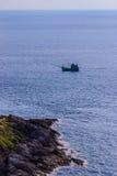 Ζωηρόχρωμο θαλάσσιο τοπίο με τη βάρκα ψαράδων ενάντια βαθιά σε μπλε Στοκ Φωτογραφίες