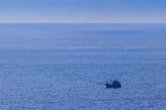 Ζωηρόχρωμο θαλάσσιο τοπίο με τη βάρκα ψαράδων ενάντια βαθιά σε μπλε Στοκ εικόνες με δικαίωμα ελεύθερης χρήσης