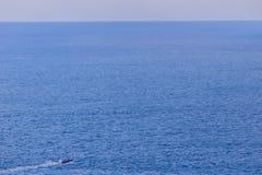 Ζωηρόχρωμο θαλάσσιο τοπίο με τη βάρκα ψαράδων ενάντια βαθιά σε μπλε Στοκ Εικόνα