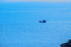 Ζωηρόχρωμο θαλάσσιο τοπίο με τη βάρκα ψαράδων ενάντια βαθιά σε μπλε Στοκ φωτογραφία με δικαίωμα ελεύθερης χρήσης