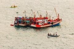 Ζωηρόχρωμο θαλάσσιο τοπίο με τη βάρκα ψαράδων ενάντια βαθιά σε μπλε Στοκ εικόνα με δικαίωμα ελεύθερης χρήσης