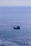 Ζωηρόχρωμο θαλάσσιο τοπίο με τη βάρκα ψαράδων ενάντια βαθιά σε μπλε Στοκ φωτογραφίες με δικαίωμα ελεύθερης χρήσης