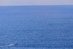 Ζωηρόχρωμο θαλάσσιο τοπίο με τη βάρκα ψαράδων ενάντια βαθιά σε μπλε Στοκ Εικόνες