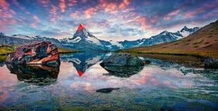 Ζωηρόχρωμο θερινό πανόραμα της λίμνης Stellisee στοκ εικόνα