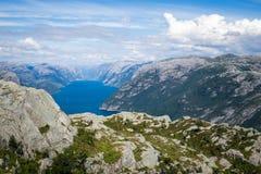 Ζωηρόχρωμο θερινό τοπίο στα βουνά της Νορβηγίας Στοκ Φωτογραφίες