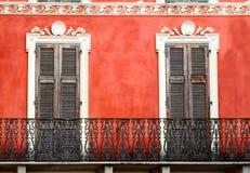 Ζωηρόχρωμο ιταλικό μπαλκόνι με τις πόρτες στο εκλεκτής ποιότητας ύφος Στοκ Εικόνα