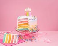 Ζωηρόχρωμο κέικ γενεθλίων πέρα από το ροζ Στοκ Εικόνες