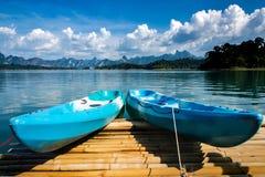 Ζωηρόχρωμο καγιάκ στη λίμνη Στοκ Εικόνες