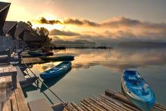 Ζωηρόχρωμο καγιάκ στη λίμνη Στοκ φωτογραφία με δικαίωμα ελεύθερης χρήσης