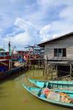 Ζωηρόχρωμο κινεζικό αλιευτικό σκάφος που στηρίζεται σε ένα κινεζικό χωριό Sekinchan, Μαλαισία αλιείας Στοκ Εικόνες