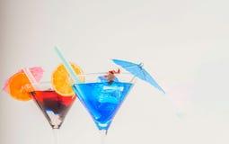 Ζωηρόχρωμο κοκτέιλ που διακοσμείται με το σκορπιό, ζωηρόχρωμη ομπρέλα, ολοκληρωμένο κύκλωμα στοκ φωτογραφία με δικαίωμα ελεύθερης χρήσης