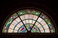 Ζωηρόχρωμο, κομψό διαμορφωμένο λεκιασμένο παράθυρο γυαλιού στο τοπ σχέδιο κύκλων στοκ εικόνες