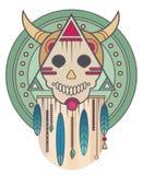 Ζωηρόχρωμο κρανίο με τα κέρατα και τα φτερά γεωμετρία ιερή Τυπωμένη ύλη μπλουζών Στοκ φωτογραφία με δικαίωμα ελεύθερης χρήσης