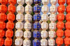 Ζωηρόχρωμο κρεμώντας φανάρι εγγράφου στο φεστιβάλ της Ταϊλάνδης Στοκ εικόνες με δικαίωμα ελεύθερης χρήσης