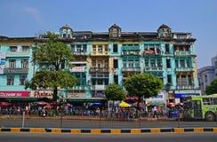 Ζωηρόχρωμο κτήριο shophouse κατά μήκος του δρόμου παγοδών Sule σε Yangon, το Μιανμάρ Στοκ Εικόνες