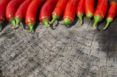 Ζωηρόχρωμο κόκκινο υπόβαθρο πιπεριών Serrano Στοκ Φωτογραφία