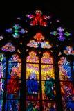 Ζωηρόχρωμο λεκιασμένο παράθυρο γυαλιού με το σταυρό και εικονίδια στον καθεδρικό ναό του ST Vitus, Πράγα στοκ εικόνα