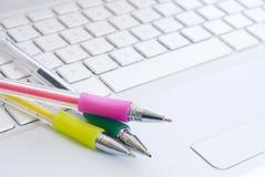 ζωηρόχρωμο λευκό πεννών lap-top π& Στοκ φωτογραφία με δικαίωμα ελεύθερης χρήσης