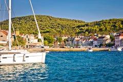 Ζωηρόχρωμο λιμάνι του νησιού Zlarin στοκ φωτογραφία
