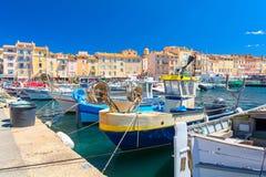 Ζωηρόχρωμο λιμενικό διάσημο θέρετρο Άγιος Tropez στο γαλλικό riviera, υπόστεγο δ ` azur, Γαλλία Στοκ Φωτογραφία