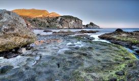 Ζωηρόχρωμο λυκόφως βράχου θάλασσας τοπίων ακτών Στοκ Εικόνες